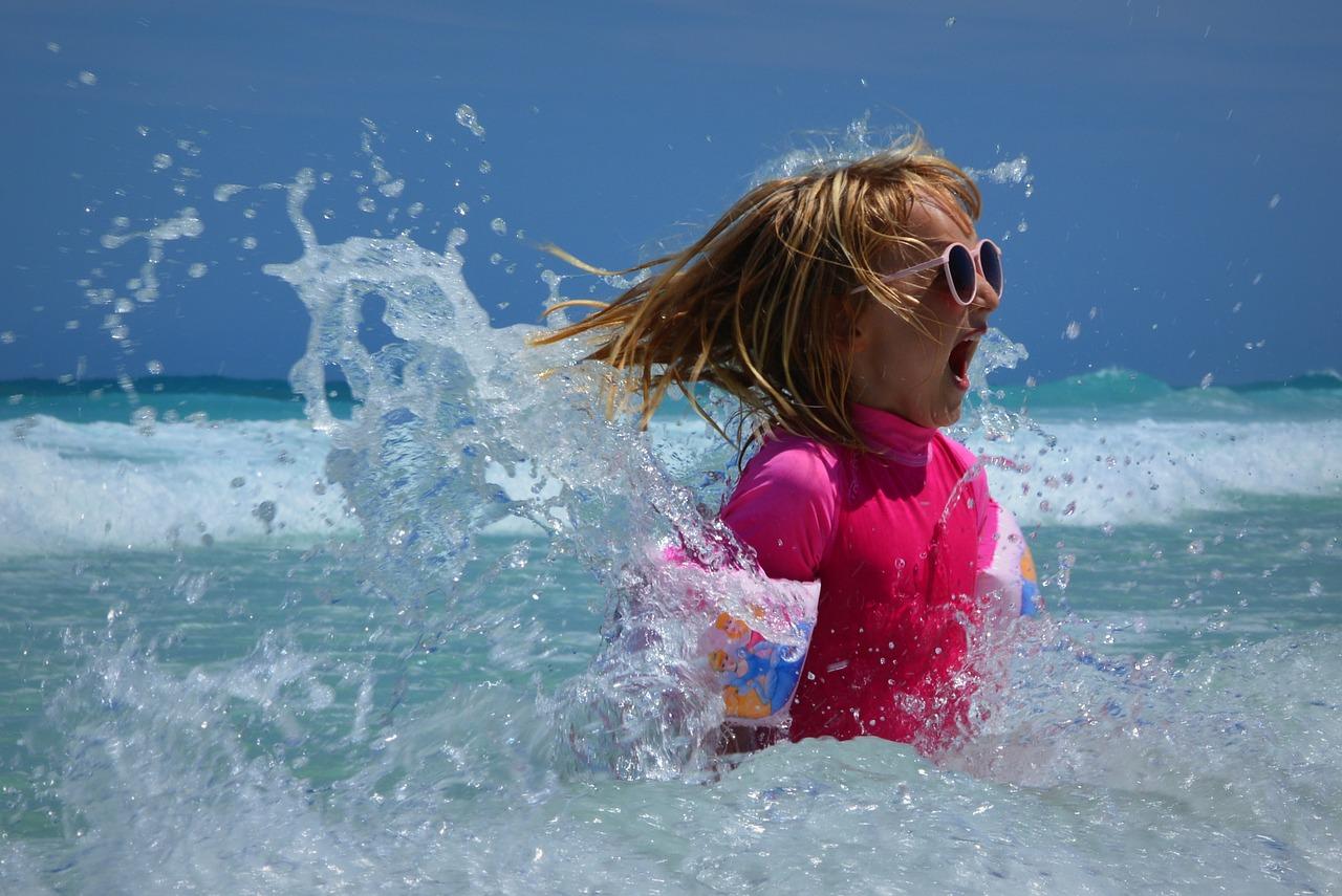 Jak wybrać bezpieczne i tanie okulary przeciwsłoneczne dla dzieci?